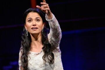 """Zur Operngala singt Lindsay Funchal eine Arie aus Bellinis """"Romeo und Julia""""."""