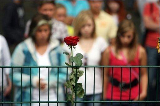 Nach der Tragödie bei der Loveparade trauern die Menschen in Duisburg um die 19 Todesopfer. Sie starben in einem Gedränge bei der Techno-Party. Bayerns Innenminister Joachim Herrmann (CSU) forderte, deutschlandweit alle Großveranstaltungen noch einmal auf den Sicherheitsaspekt hin zu überprüfen.