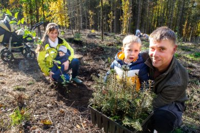 Zum Baumpflanzen ist man nie zu klein: Tabea und Markus Hausmann mit ihren Kindern Dean und John. Neben den Douglasien pflanzte die Familie aus Hennersdorf auch einen Wildapfelbaum.
