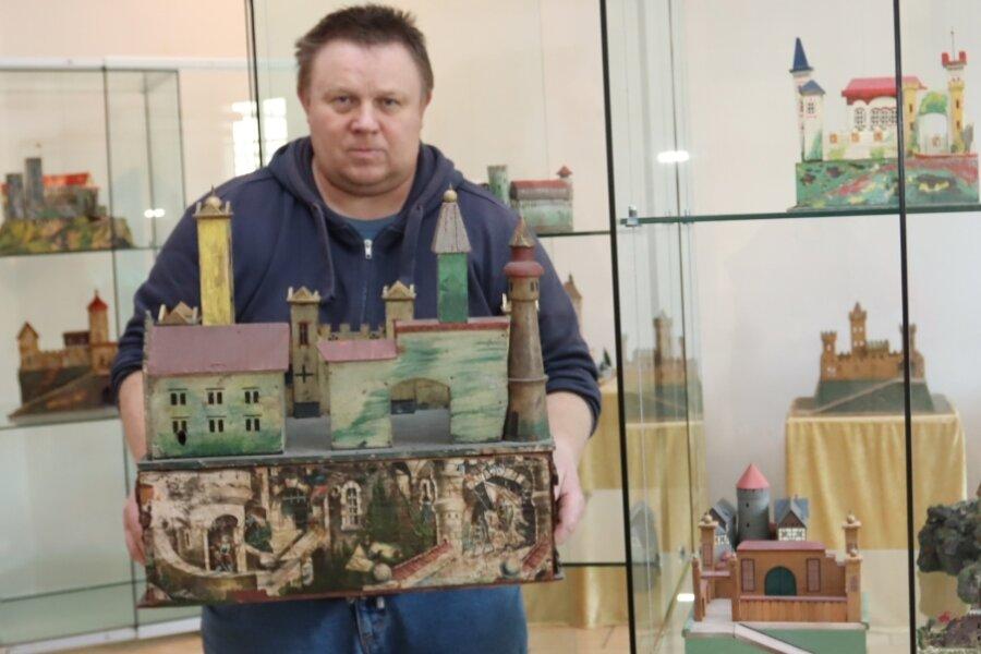Andreas Roth bringt seine Burgen in die richtige Stellung. 20 Exemplare aus verschiedenen Materialien leiht er dem Museum für die Schau aus. Fotos: Mario Dudacy (2)