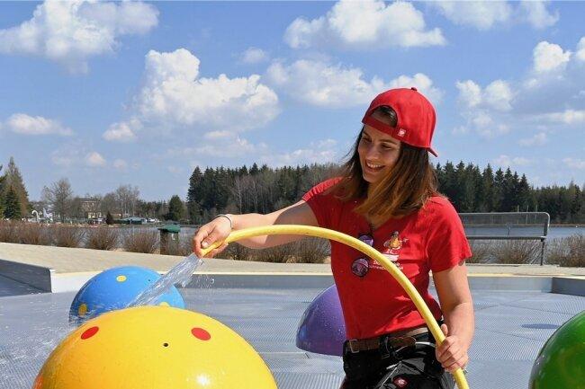 Im Strandbad Filzteich in Schneeberg wurde auch das Kleinkinder-Becken von Beatrice Rößler gereinigt.