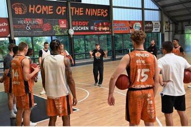 Niners-Coach Rodrigo Pastore (Mitte) erklärte seinen Spielern zum Trainingsauftakt auch, warum das Turnier in Rostock abgesagt werden musste.