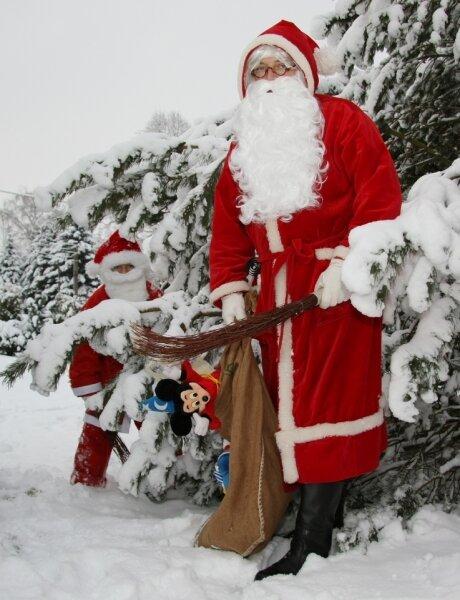 Weihnachtsmann Arthur und sein Nachwuchs-Ruprecht Clemens sind in diesen Tagen nicht nur in Lichtenberg unterwegs.