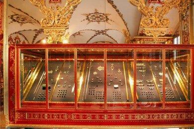 Ein Blick in die Vitrine des Juwelenzimmers, an der sich die Täter zu schaffen machten. Wie viele Einzelstücke der Juwelengarnituren sie stahlen, ist nicht geklärt. Laut der Generaldirektion der Staatlichen Kunstsammlungen sei noch eine ganze Menge Objekte da.