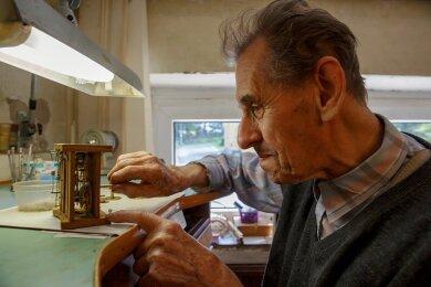 """Um solche mechanischen """"Rätsel"""" zu lösen, braucht Gottfried Oeser einen wachen Verstand und ruhige Hände."""