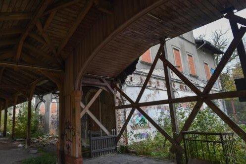 Lässt sich das 1871 errichtete Limbacher Bahnhofsgebäude (rechts) samt der Holzüberdachung der Bahnsteige aus dem Jahr 1909 noch retten?