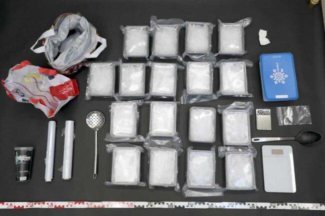 Fast neun Kilogramm Crystal sowie verschiedene Utensilien stellen die Beamten bei den Wohnungsdurchsuchungen sicher.
