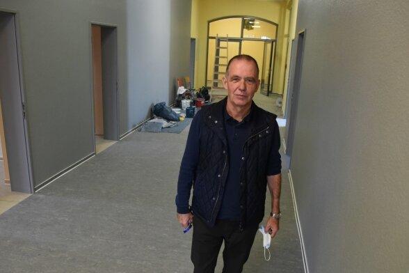 Schulleiter Frank-Rainer Richter im Flur des neuen Verwaltungstrakts. Für den Anflug eines Lächelns nahm er extra die Maske ab.