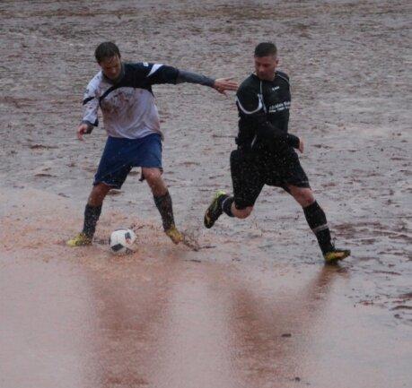 An der Grenze zwischen Fuß- und Wasserball: Der Schnappschuss aus der zweiten Halbzeit des Spiels vom März 2017 lässt erahnen, warum nach dem Regenguss an ein normales Spiel nicht zu denken war.