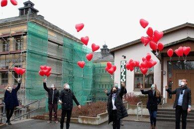 Zahlreiche rote Herzluftballons mit Wünschen für eine Welt ohne Rassismus sind am Awo-Schulclub Schwarzenberg gen Himmel gestartet.