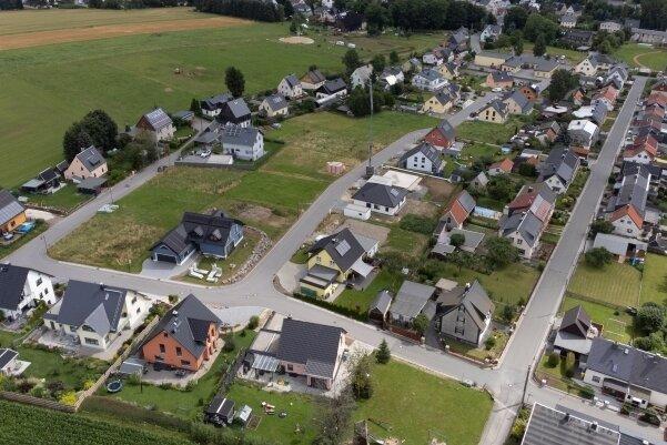 An Wohngebieten wie in Crottendorf - das bereits seit 2013 existiert - kritisieren die Grünen die Flächenversiegelung. Auch die Ortskerne würden leiden.