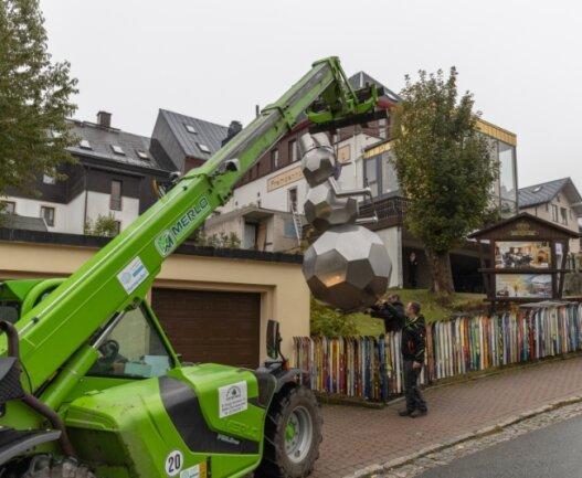 Der Schneemann aus Edelstahl hat bisher auf einem Privatgrundstück in Tellerhäuser gestanden. Nun wurde er nach Oberwiesenthal umgesiedelt.