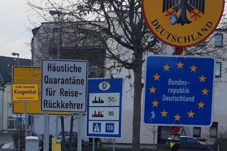 Seit Kurzem weisen an stark frequentierten grenzüberschreitenden Straßenverbindungen wie in Klingenthal Schilder auf die besonderen Folgen des Grenzübertritts hin.