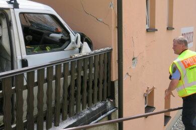 Am Montagmittag kollidierte ein 67-Jähriger in seinem Transporter mit einer Hauswand. Bei dem Unfall kam der Mann ums Leben.