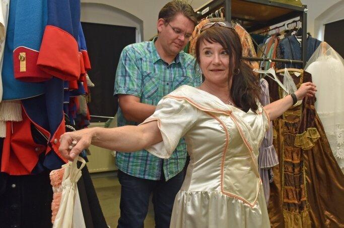 Geschäftsführer Jörn Hänsel greift auch in der Kleiderkammer mit zu und legt Hand am Kleid von Maria Magdalena Gräfin von Dönhöff alias Petra Beyer an.