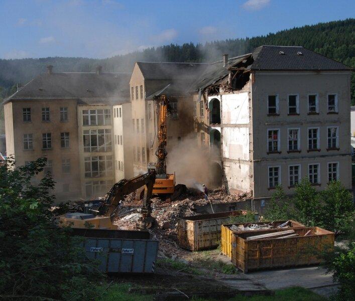 """<p class=""""artikelinhalt"""">Abrissbagger bestimmen das Bild auf dem Gelände des ehemaligen Gymnasiums.</p>"""
