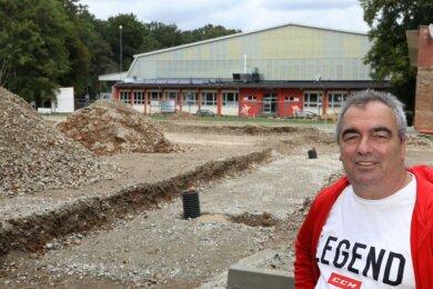 Der Bereich vor dem Kunsteisstadion im Sahnpark ist noch eine Baustelle. Lutz Höfer konzentriert sich als Assistent des Vorstandes auf Fertigstellung und Inbetriebnahme der Trainingseisfläche.