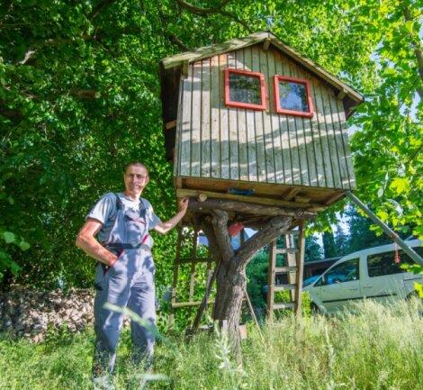 Thomas Bethke an dem Baumhaus auf seinem Grundstück in Beierfeld.
