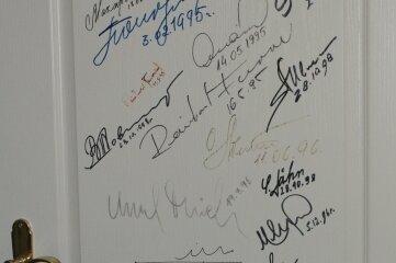An einer Tür im Museum haben dutzende Astronauten ihre Unterschrift bei ihrem Besuch in Mittweida hinterlassen.