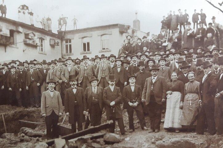 Im November 1924 erfolgte für das Fabrikgebäude an der Altenburger Straße 52 die Grundsteinlegung. Anlässlich dessen nahmen auch die Familie Kern sowie Beschäftigte für ein Foto Aufstellung.