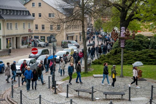 Wie hier in Olbernhau am Montag waren in den vergangenen Tagen zahlreiche Menschen bei den Spaziergangs-Demonstrationen gegen die Corona-Beschränkungen dabei.
