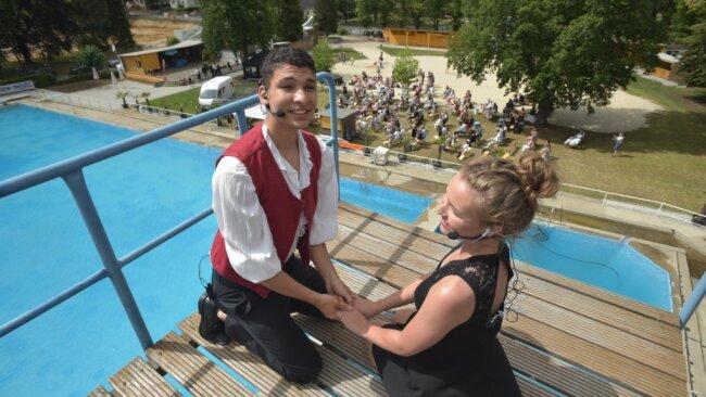 Jonathan Kügler und Joan Beyer sangen beim Gastspiel des Musicalstudios W.M. im Hartmannsdorfer Freibad aus luftiger Höhe. Denn ihre Bühne war bei dieser Aufführung der Zehn-Meter-Sprungturm.