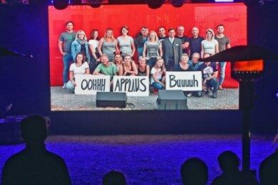 Das Naturbad verwandeln die Mitglieder des Sommertheaters Falkenau in ein Fernsehstudio. 10 Jahre Vereinsgeschichte werden in der Szenerie einer TV-Show nacherzählt.