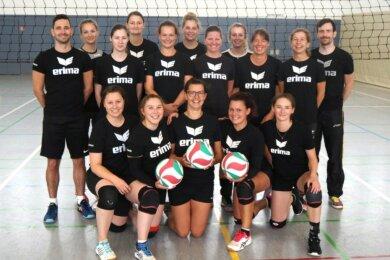Die Vorfreude auf die neue Saison ist den Volleyballerinnen des SV Ortmannsdorf um Trainer Christian Spiegler (hinten rechts) und Co-Trainer Sascha Claus (hinten links) anzusehen.