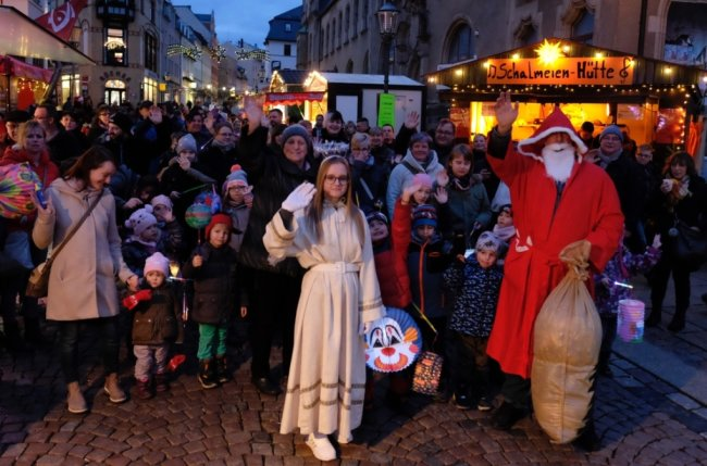 Ein Bild wie aus einer lang vergangenen Zeit: Dicht gedrängt und gut gelaunt bevölkern die Besucher den Weihnachtsmarkt in Reichenbach. Das wird so nicht mehr möglich sein - wenn er überhaupt stattfindet.