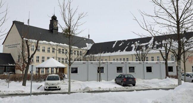 Vor dem Beruflichen Schulzentrum am Hofgarten stehen derzeit Container, in denen Unterricht für die Erzieherausbildung läuft.