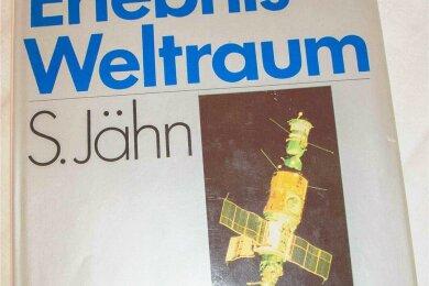 """Erzielte bei der Auktion mit 225 Euro die höchste Summe: das Buch """"Erlebnis Weltraum"""" original signiert von Sigmund Jähn, Waleri Bykowski und der Saljut-6-Besatzung nebst Familien-Gutschein für das Planetariums Rodewisch."""
