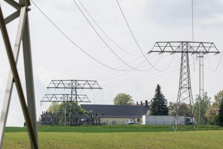 Vom Elsdorfer Umspannwerk aus soll eine Stromtrasse gebaut werden. Tauschaer Bürger haben gegen die Landesdirektion geklagt, die eine Freileitungsvariante genehmigt hat. Sie fordern ein Erdkabel.