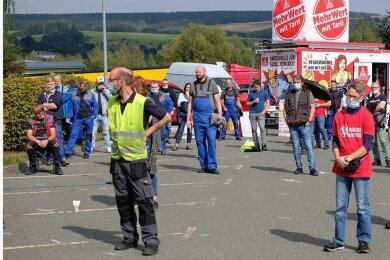 Mahle-Mitarbeiter protestieren vor dem Werkstor in Heinsdorfergrund.
