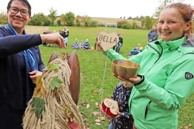 Glückliche Kinder nehmen (Holz-)Pferde in Beschlag