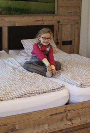 """Die vierjährige Maxi ist gerne im Familienbetrieb """"Am Kunnerstein""""."""