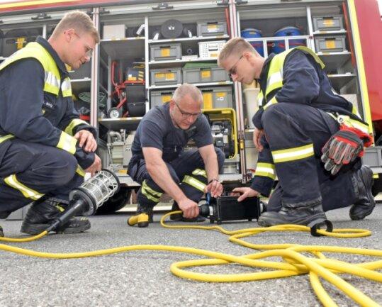 Der Katastrophenschutzzug Süd des Kreises Mittelsachsen kam erstmals wieder in Niederwiesa zusammen. Robert Schramm (Mitte) übte mit Lucas Meinig (links) und Denis Haase die Herstellung von funkenlosen Kabelverbindungen.