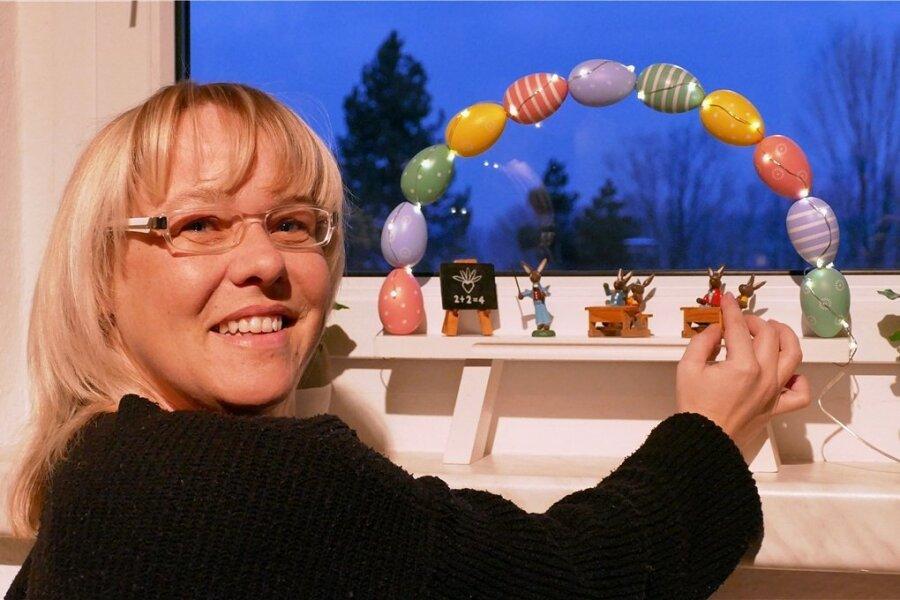Zeichen setzen auch zum Osterfest: Einen Schwibbogen aus bemalten Eierschalen samt Hasenschule als Deko-Idee hat Stephanie Walther aus Zschopau gebastelt. Durchaus salonfähig im Erzgebirge.