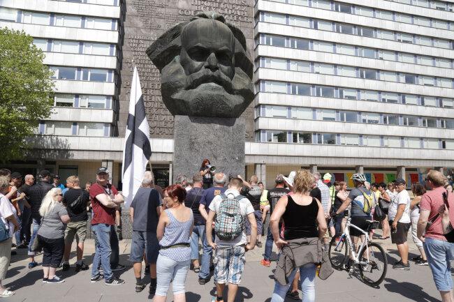 """Etwa 50 Personen waren dem Aufruf der rechtsgerichteten """"Bürgerinitiative Heidenauer Wellenlänge"""" zu einer Spontankundgebung am Karl-Marx-Monument gefolgt."""