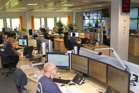Die Rettungsleitstelle der Berufsfeuerwehr Zwickau ist rund um die Uhr besetzt, die Rechner laufen ohne Pause.