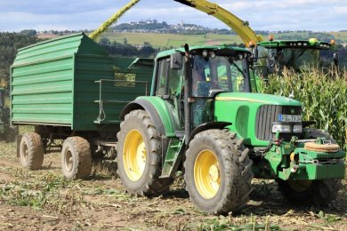 Am Donnerstag ging es los: Mit Traktor und Häcksler wurde in Leubsdorf mit der Mais-Erntebegonnen. Auch Jäger hatten sich am Feldrand aufgestellt.