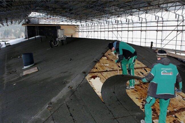 Unter einem gigantischen Wetterschutzdach wird seit dieser Woche das bisherige Dach des Nordflügels demontiert.