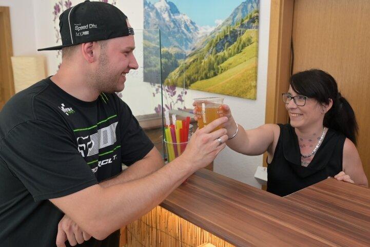 In Aue gibt es jetzt einen Bubble-Tea-Shop. Inhaberin Sandra Röder (r.) reicht ihrem Mann David Röder einen der gesüßten Tees.