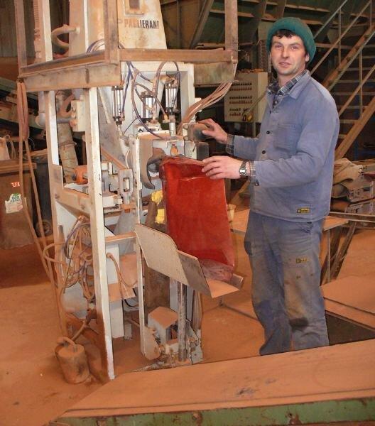 """<p class=""""artikelinhalt"""">Mitarbeiter Stefan Tschischkale beim Abfüllen von Tennissand in der Produktionshalle des Mahlwerkes. </p>"""