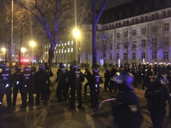 Polizisten nahmen Aufstellung, um wegen Verstößen gegen Kundgebungsauflagen einzugreifen.