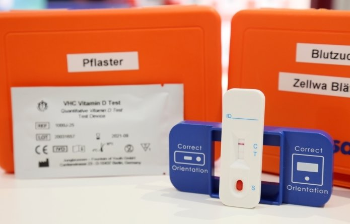Für den Vitamin-D-Test wird Blut entnommen und auf eine kleine Kassette gegeben.