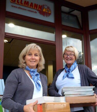 Die alten Kataloge können weg, die neuen müssen rein. Auch im Reisebüro Ullmann in Schwarzenberg ist das so. Barbara Schumann und Iris Ullmann (r.) hoffen wie alle aus der Branche auf ein besseres 2021.