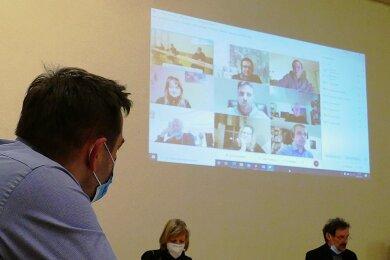 Von den 17 Drebacher Gemeinderäten, die an der Hybrid-Sitzung im Gasthof Venusberg teilnahmen, waren acht per Video zugeschaltet.