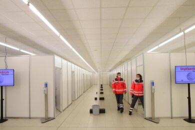 Nur wenige Dosen bleiben im Chemnitzer Impfzentrum nach Auskunft des Deutschen Roten Kreuzes täglich übrig. Um die Vakzine nicht verfallen zu lassen, werden dann beispielsweise Mitarbeiter des Rettungswesens angerufen, die auf einer Liste stehen und sich impfen lassen wollen.