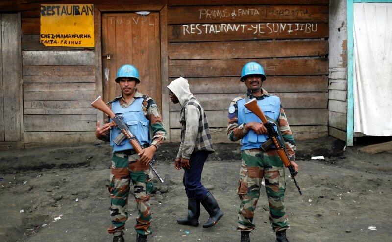 Zwei Soldaten der UN-Friedenstruppe bewachen in Goma (Kongo) eine Straße. Bei einem Rebellenangriff wurden im November mindestens 14 Blauhelm-Soldaten getötet. Die Missionen der UN sind nicht nur wegen der Gefahren umstritten.