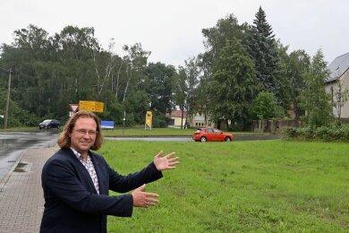 Bürgermeister Holger Quellmalz zeigt das Grundstück, welches dem Dorfladen-Betreiber angeboten wird.